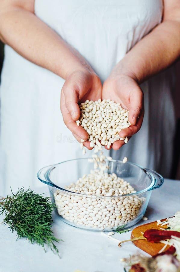 Download 素食主义者和烹调 夫人递裁减绿色菜,准备好 库存图片. 图片 包括有 胡椒, 食谱, 秋天, 会议室, 现有量 - 72357435