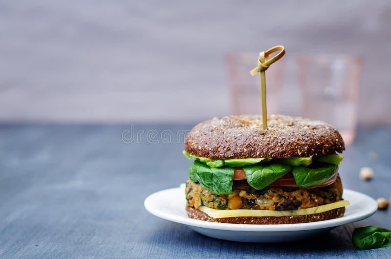 素食主义者奎奴亚藜茄子菠菜鸡豆黑麦汉堡 免版税库存照片