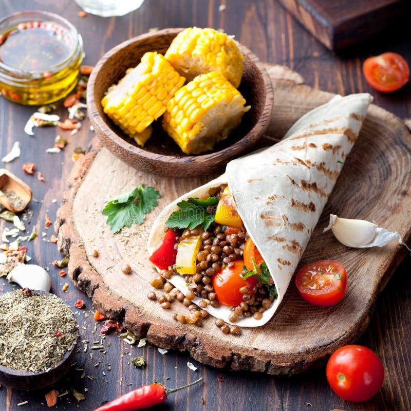 素食主义者玉米粉薄烙饼套,与烤vegetabes的卷,扁豆,玉米棒子 库存图片