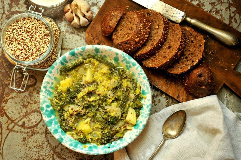 素食主义者膳食:与有机菜的奎奴亚藜汤 图库摄影