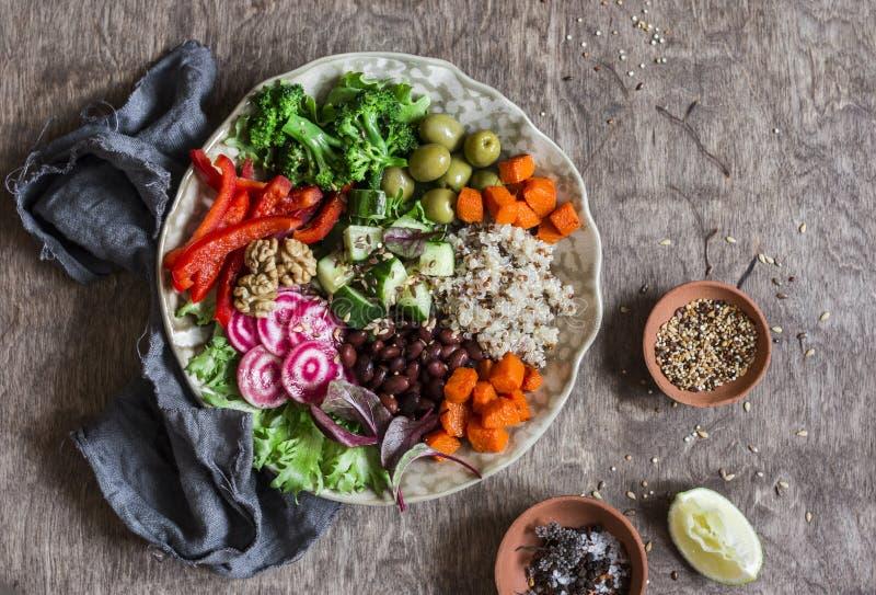 素食主义者菩萨碗 未加工的蔬菜和奎奴亚藜在一个一个碗 素食主义者,健康,戒毒所食物 库存照片