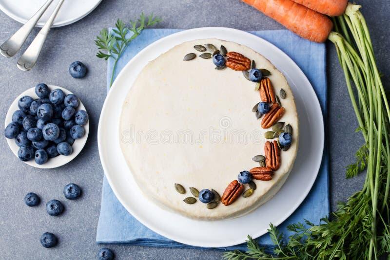 素食主义者,未加工的胡萝卜糕 健康的食物 灰色石背景顶视图拷贝空间 库存照片