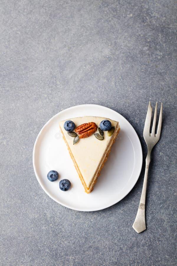 素食主义者,未加工的胡萝卜糕 健康的食物 灰色石背景顶视图拷贝空间 免版税库存图片