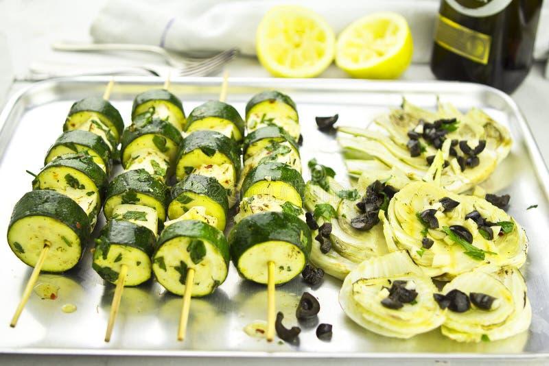 素食绿皮胡瓜halloumi串和茴香黑橄榄 库存图片