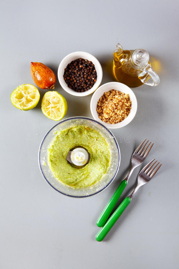 素食绿色调味汁的准备用鲕梨 图库摄影