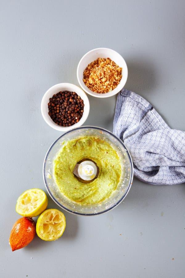 素食绿色调味汁的准备用鲕梨 免版税库存照片