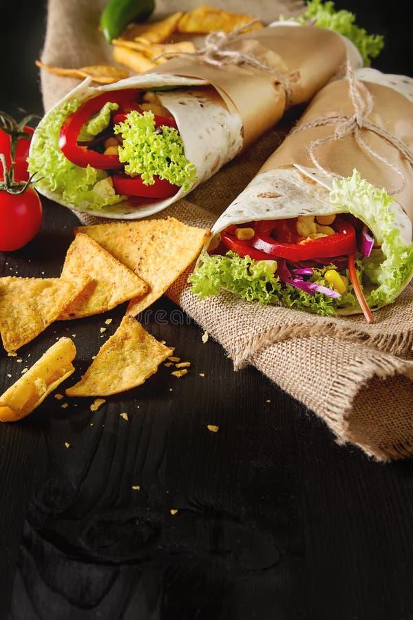 素食tartilla家用蕃茄、圆白菜、乳酪和sala 库存照片