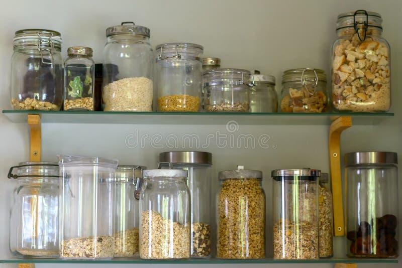 餐具室架子用在玻璃瓶子的被分类的食物 库存图片