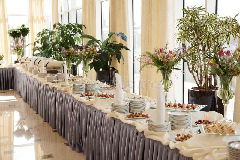 餐具鲜美食物的表 免版税图库摄影