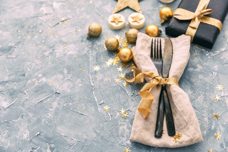 餐巾、叉子和刀子在葡萄酒背景 新年好晚餐 库存照片