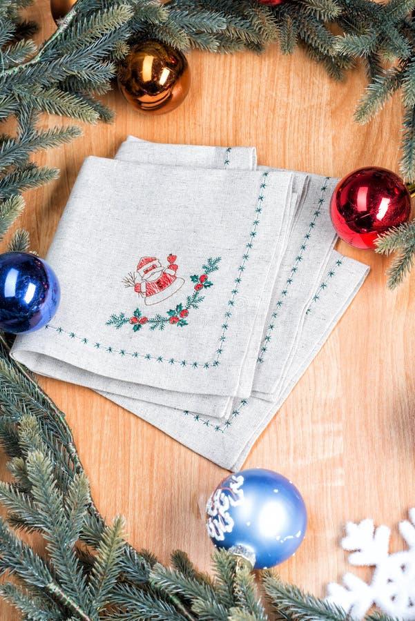 餐巾绣与圣诞节的圣诞老人 免版税图库摄影