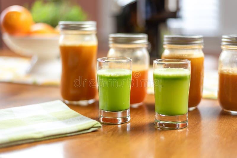餐桌上鲜营养芹菜汁的特写 库存图片