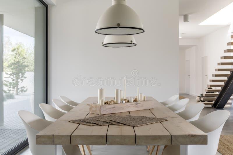 餐桌和白色椅子 图库摄影