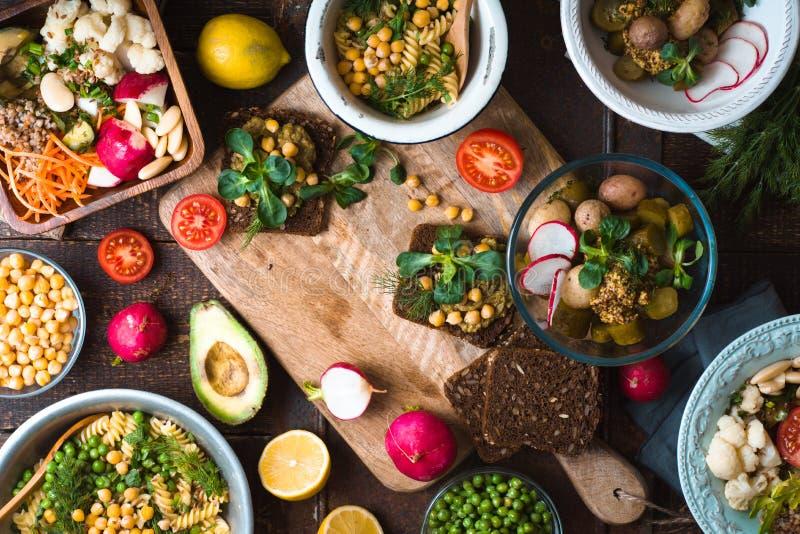 宴餐用各种各样的沙拉和三明治 免版税库存照片