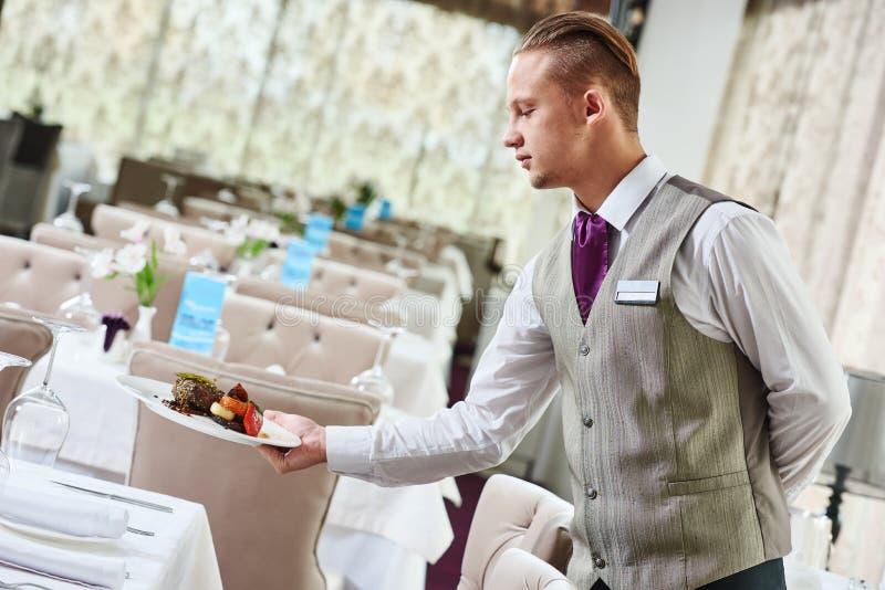 餐馆侍者服务桌用食物 库存照片