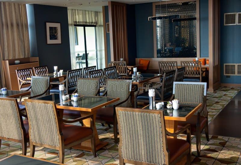 餐馆内部在褐色树荫下  免版税库存图片