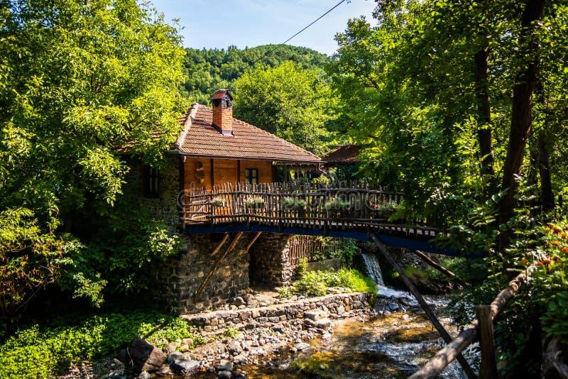 餐馆在有木房子、美丽的庭院和减速火箭的细节的一个葡萄酒围场 库存照片