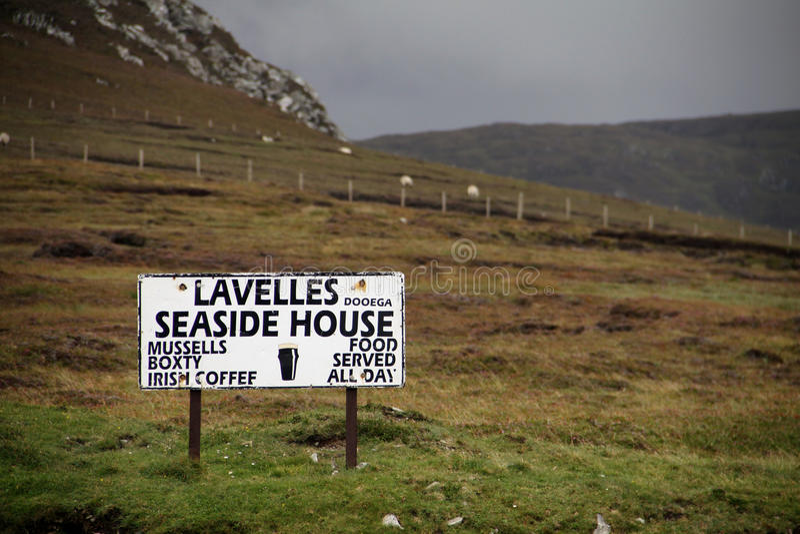 餐馆在阿基尔海岛上的路标在Connemara国家公园 库存图片