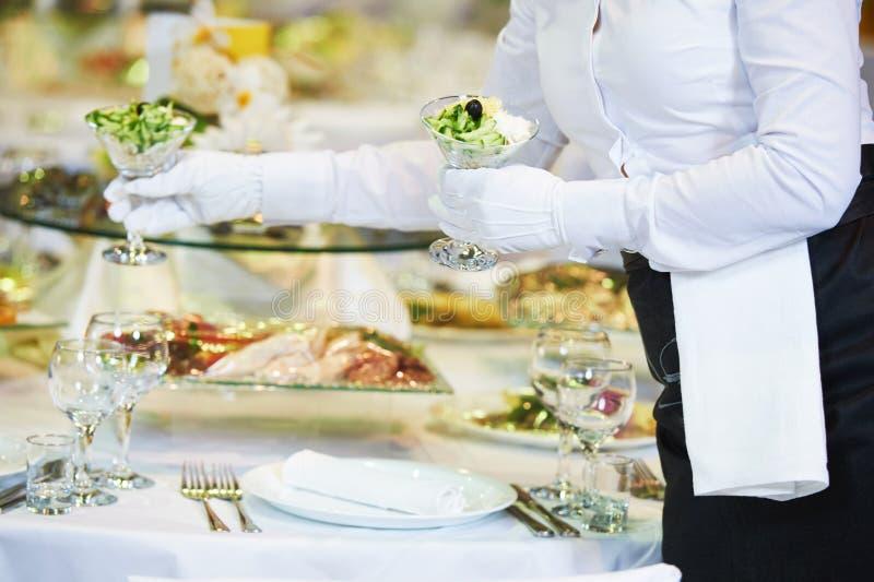 餐馆服务 女性女服务员服务桌 库存照片