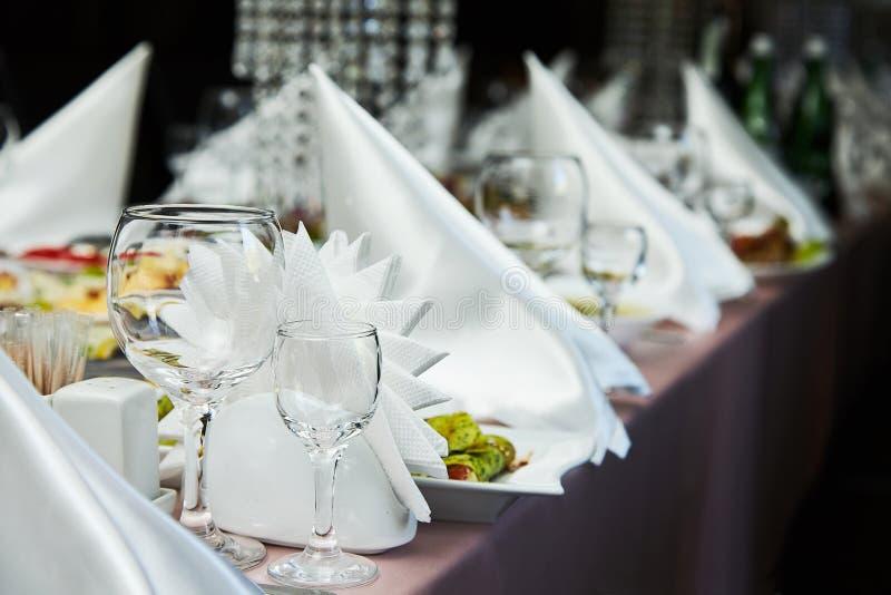 餐馆桌与玻璃的设置装饰酒的 客人的各不相同的饮餐 免版税库存照片