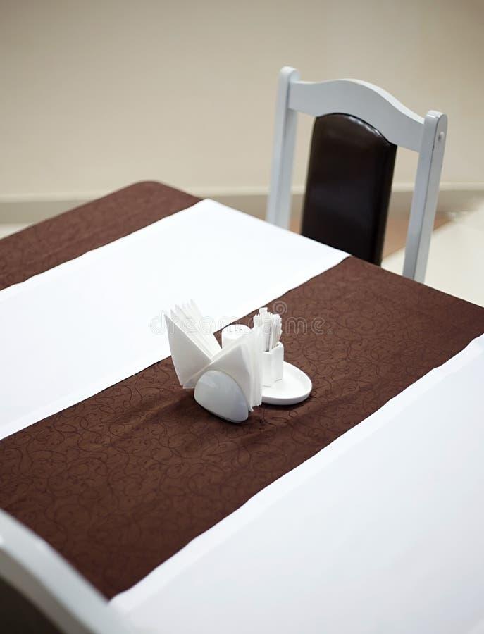 餐馆桌普通看法与桌布对此的anf餐巾盖的桌的 免版税库存照片