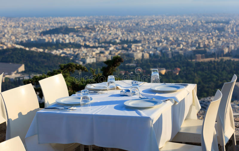 餐馆桌有雅典镇全景 库存图片