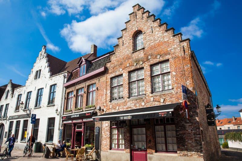 餐馆的人们和骑自行车在历史名城布鲁日 免版税图库摄影