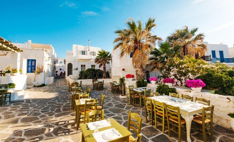 餐馆美丽的景色在阳光希腊人街道上的 免版税库存照片