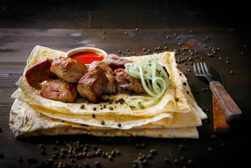 餐馆菜单的格栅盘 m 烤猪肉脖子和葱 免版税图库摄影