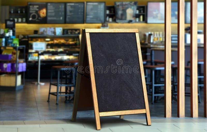 餐馆边路黑板标志板 免版税库存照片