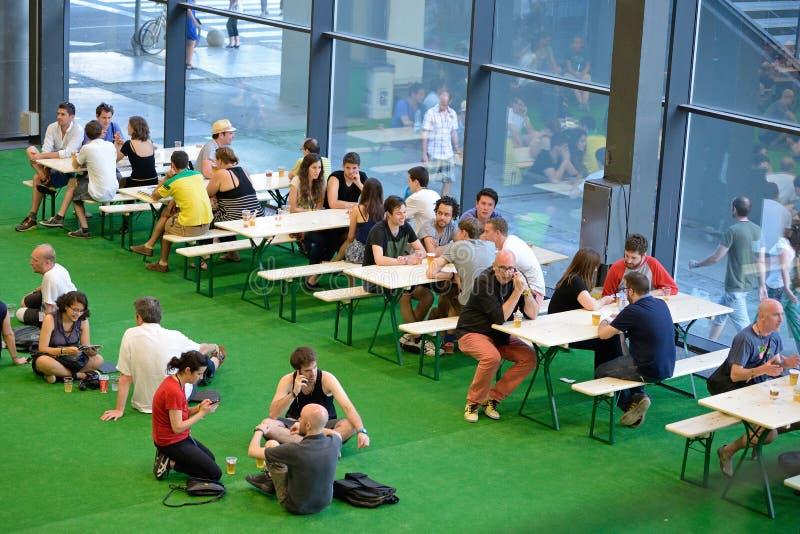 餐馆酒吧的人们在生波探侧器节日 免版税图库摄影