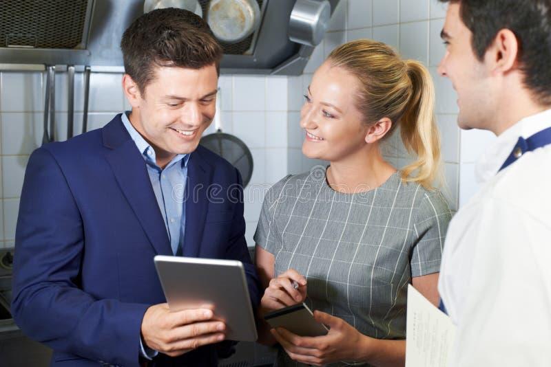 餐馆队会议在厨房里 免版税库存照片
