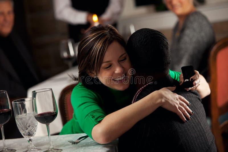餐馆:人有定婚戒指的Suprises妇女 库存照片