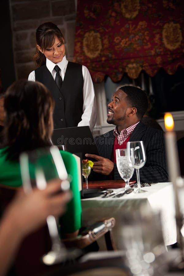 餐馆:发布命令的人女服务员 免版税库存图片