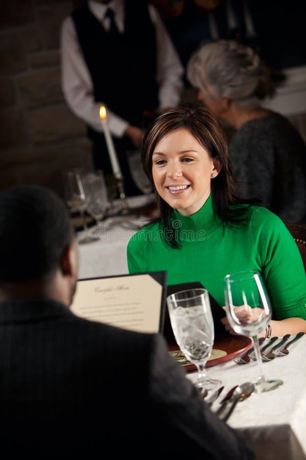 餐馆:妇女为在浪漫餐馆的日期 图库摄影