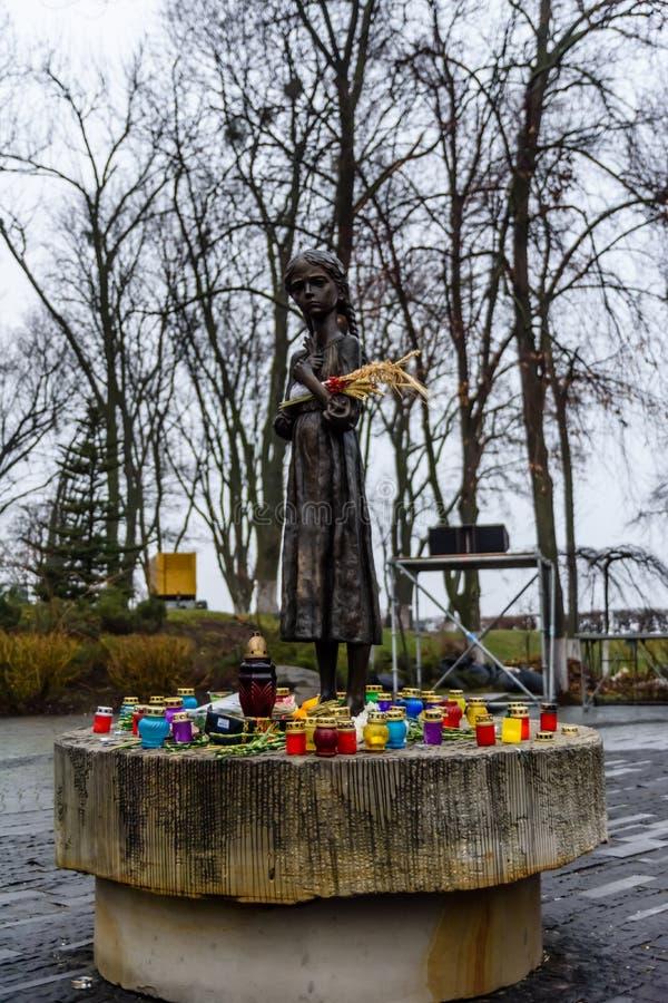 饥饿的女孩古铜色雕象  免版税图库摄影