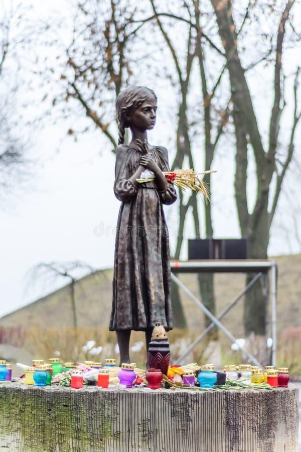 饥饿的女孩古铜色雕象  免版税库存图片