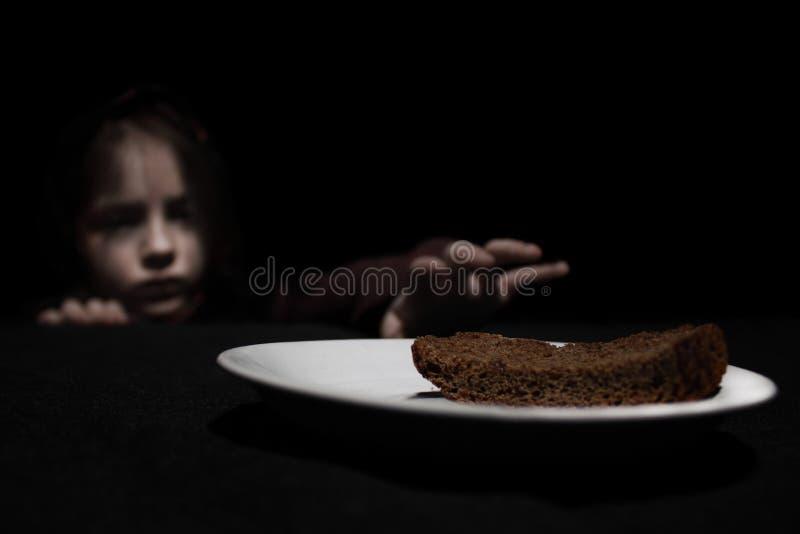 饥饿的女孩 免版税库存照片