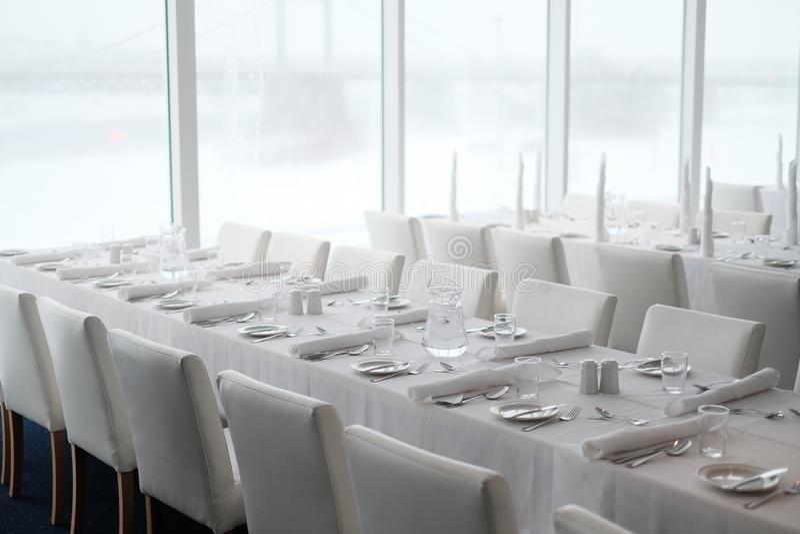 饭桌设置和食物辅助部件在餐馆 免版税库存图片