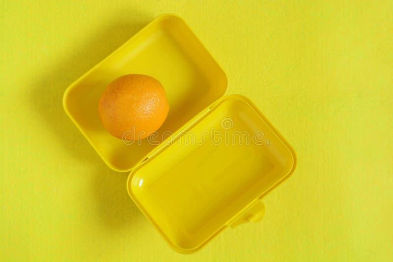 饭盒用食物 在黄色背景的成熟橙汁 顶视图,平的位置,外卖食品 免版税库存图片
