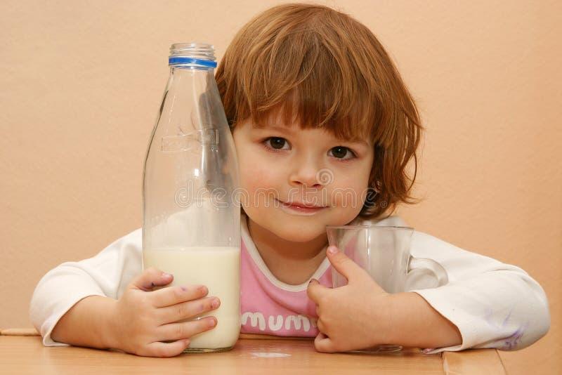 饮料孩子牛奶应该 免版税库存照片