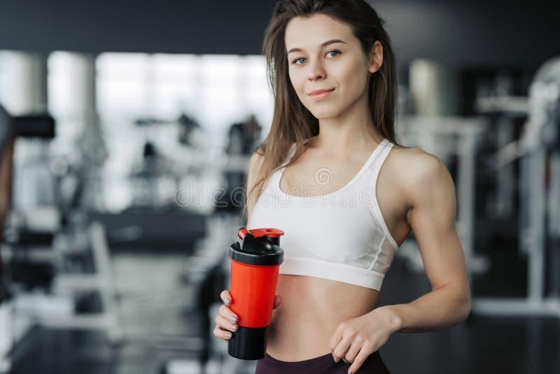 饮料水,逗留水合的概念 阻止瓶水的健身妇女 免版税库存图片