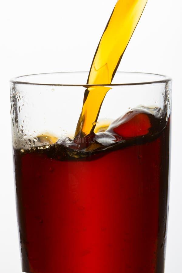 饮料涌入了玻璃 免版税库存图片
