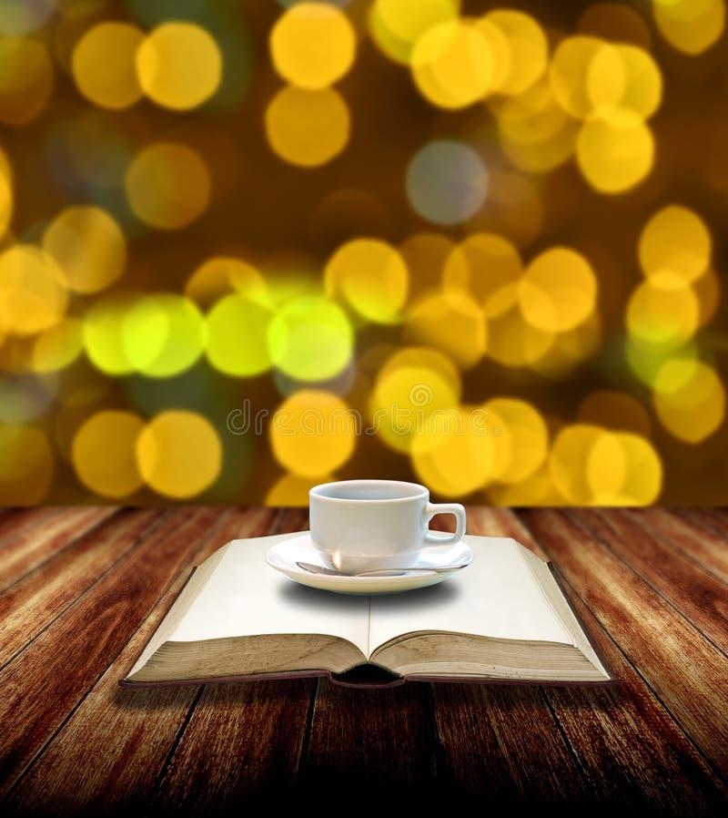 饮料热的咖啡和读 免版税库存图片