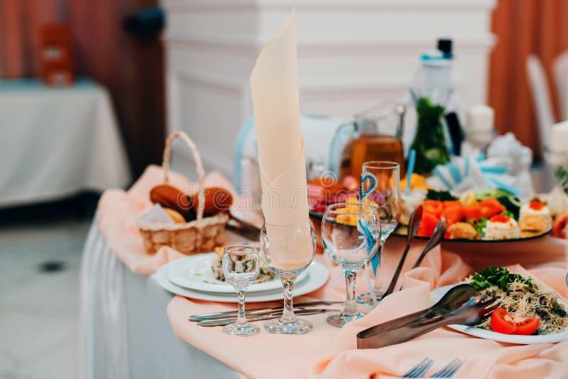 饮料玻璃和食物在桌上一个浪漫节日晚会的在餐馆 免版税库存照片