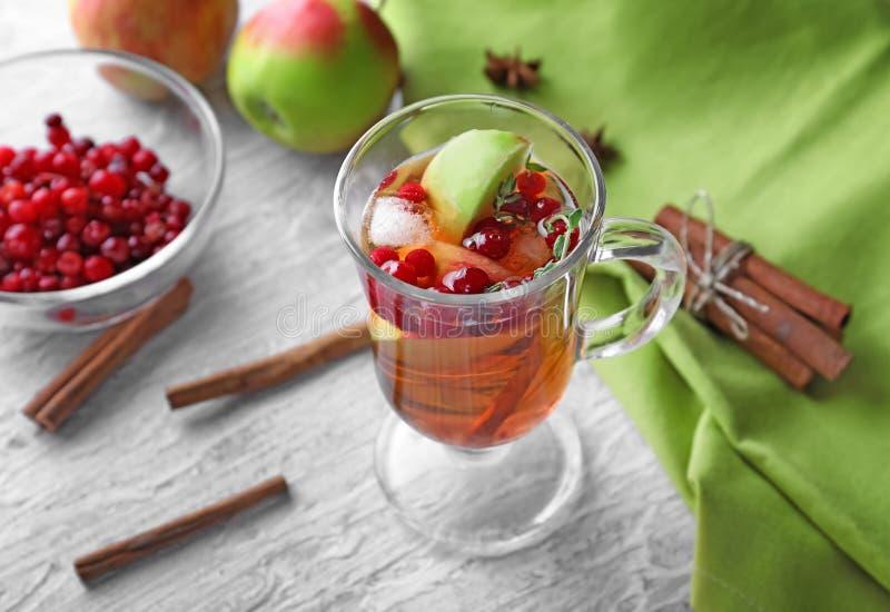 饮料用苹果和蔓越桔在玻璃杯子在木桌上 库存照片