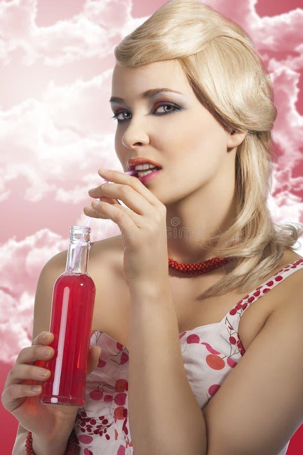 饮料饮用的饮料塑造女孩红色夏天 免版税库存照片