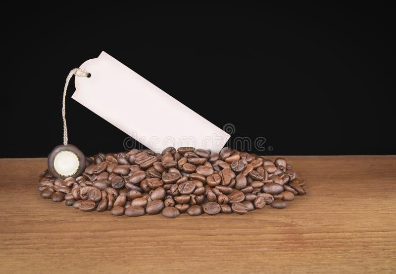 饮料,布朗咖啡豆和标签在白色背景 免版税图库摄影
