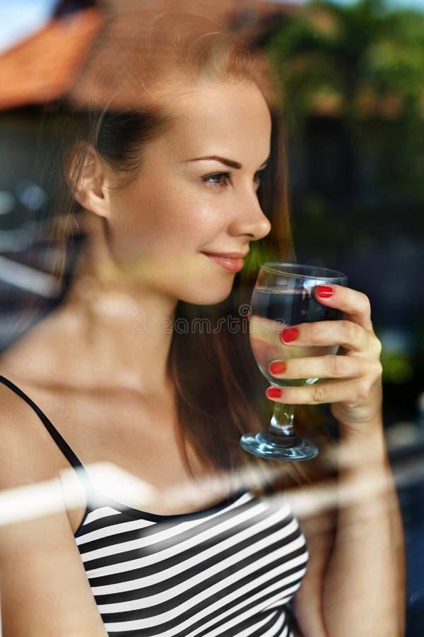 饮料水 微笑的妇女饮用水 饮食 健康生活方式 库存图片