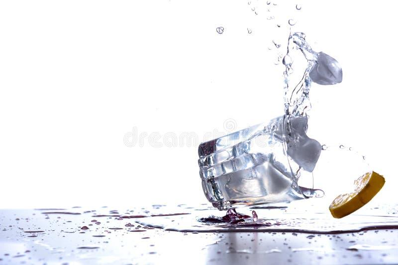 饮料玻璃下落和溢出 库存图片